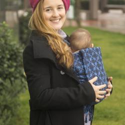 Ергономична раница регулируема HuggyBerry Marble Sapphire - размер бебе